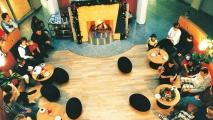 <h5>Blick ins Kaminzimmer</h5><p>Am offenen Kamin zu sitzen, sich in gemütlicher Runde auszutauschen, dazu lädt unser frei zugängliches Kaminzimmer ein.                                                                                                                                                         </p>