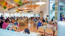 <h5>Speisesaal mit Service</h5><p>Blick in den Speisesaal der Nachsorgeklinik Tannheim. Hier werden die Mahlzeiten serviert, die aus der als hervorragend bekannten Küche unserer Nachsorgeklinik kommen.                                                                                                                                                         </p>