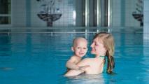 <h5>Trotz Krankheit Freude im Schwimmbad</h5><p>Unser Hallenbad wird den speziellen Bedürfnissen gerecht, die kranke Kinder, Jugendliche oder Erwachsene haben, wenn sie ein Schwimmbad besuchen wollen. Doch auch alle übrigen Familienmitglieder fühlen sich an diesem Ort sicher wohl.                                                                                                                                                         </p>