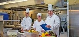 <h5>Küche</h5><p>                                                                                                                                                         Tannheims Küchenchef Randolf Merkel (rechts) setzt auf abwechslungsreiche frische Kost von hervorragender Qualität. Er wird darin von Koch Marko Stapel und Diätassistentin Martina Koch unterstützt.</p>