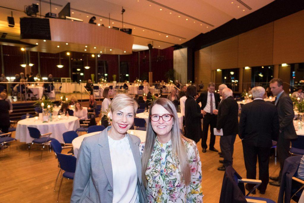 Die Organisatorinnen des Festaktes Anette Kraft und Sarah Jucha.