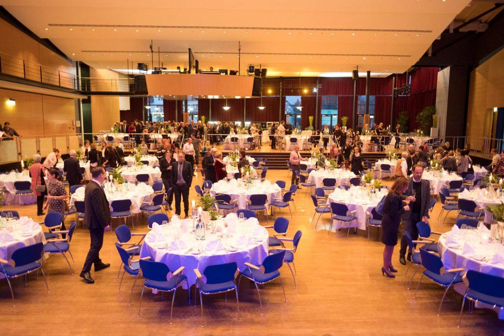Die Gäste kommen – der Festakt in der Neuen Tonhalle in VS-Villingen beginnt.