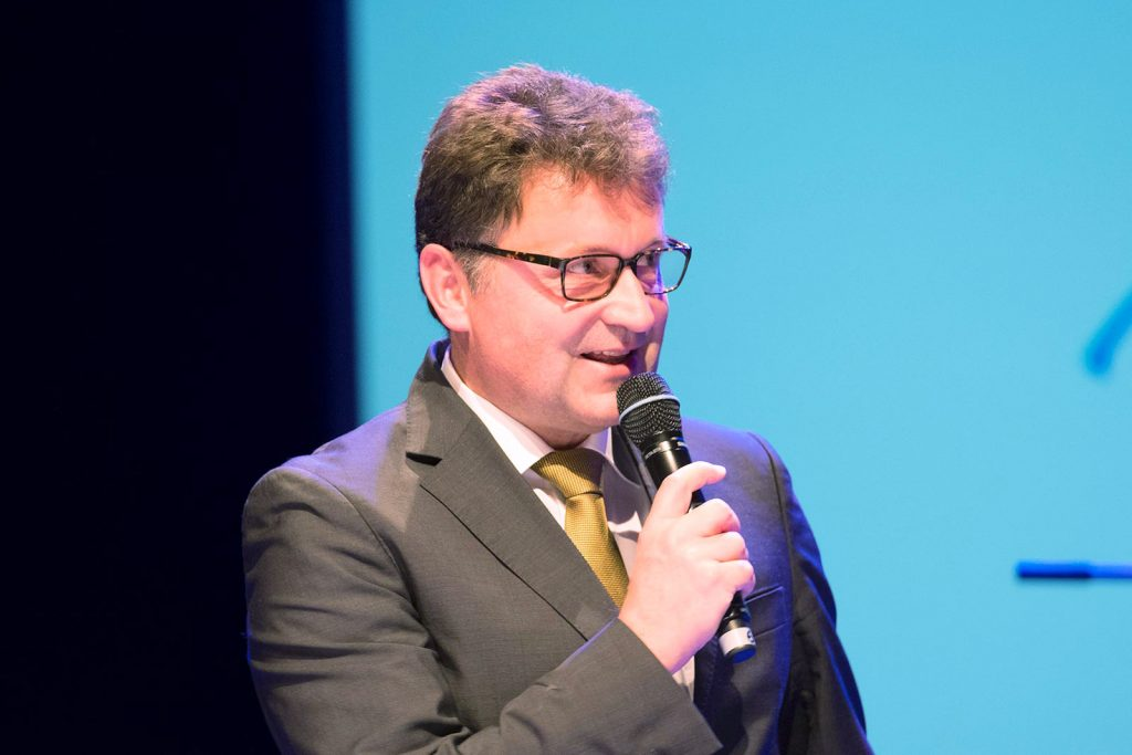 Festfreude: Martin Hettich, Vorstandsvorsitzender der Sparda-Bank, überreichte eine Spende über 40.000 Euro.