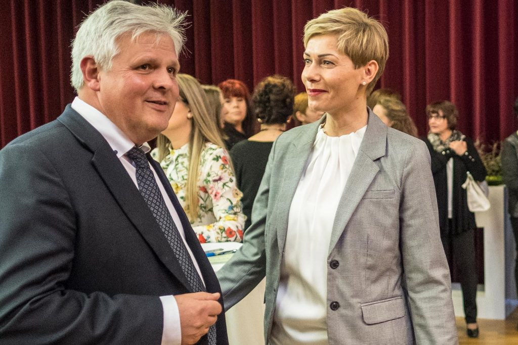 Der zukünftige Geschäftsführer der Nachsorgeklinik Tannheim Thomas Müller im Gespräch mit der Asistentin der Geschäftsleitung Anette Kraft.
