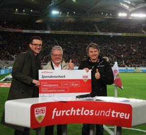Spendenübergabe im Stadion des VfB Stuttgart